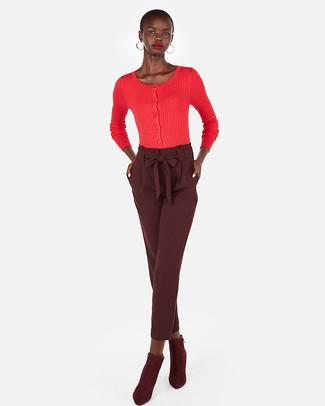 Как и с чем носить: красный кардиган, темно-красные брюки-галифе, темно-красные замшевые ботильоны, золотые серьги