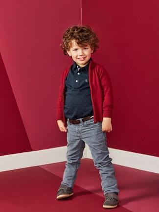 Как и с чем носить: красный кардиган, черная футболка-поло, серые джинсы, темно-коричневые кеды