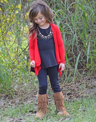 Как и с чем носить: красный кардиган, черная футболка с длинным рукавом, черные леггинсы, коричневые угги