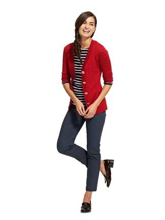 Как и с чем носить: красный кардиган, черно-белая футболка с длинным рукавом в горизонтальную полоску, темно-синие узкие брюки с принтом, черные кожаные лоферы с кисточками