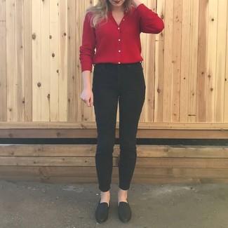 Как и с чем носить: красный кардиган, черные джинсы скинни, черные кожаные лоферы