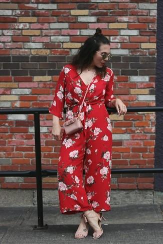 Как и с чем носить: красный комбинезон с цветочным принтом, розовые кожаные босоножки на каблуке, розовая кожаная сумка через плечо, черные солнцезащитные очки