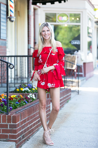 Как и с чем носить: красный комбинезон с шортами с цветочным принтом, бежевые замшевые босоножки на танкетке, белая кожаная сумка через плечо, золотой браслет