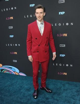 Как Dan Stevens носит Красный костюм, Белая классическая рубашка с принтом, Темно-пурпурные кожаные оксфорды