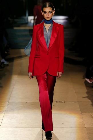 Как и с чем носить: красный костюм, темно-синяя шифоновая блузка с длинным рукавом, черные замшевые ботильоны