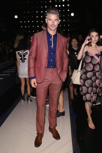 Как одеваться мужчине за 50: Сочетание красного костюма и фиолетовой классической рубашки — превосходный пример элегантного мужского стиля. Этот лук неплохо дополнят коричневые кожаные монки с двумя ремешками.