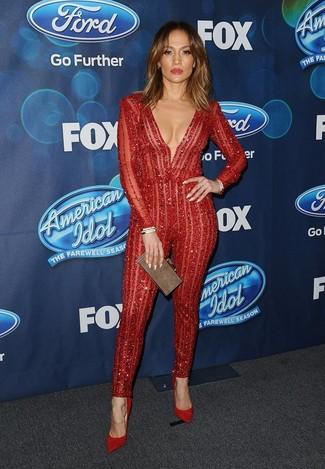 Как и с чем носить: красный кружевной комбинезон, красные замшевые туфли, коричневый клатч