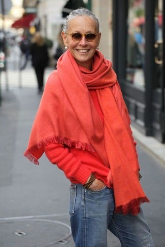 Как и с чем носить: красный палантин, красный свитер с круглым вырезом, синие джинсы-бойфренды