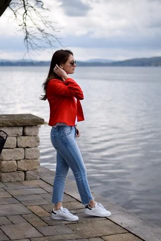 Как и с чем носить: красный пиджак, белая майка, голубые джинсы, бело-черные кожаные низкие кеды