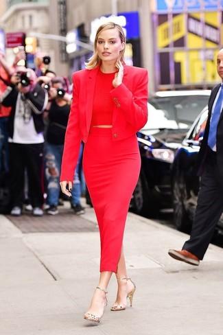 Модные женские луки 2020 фото: Красный пиджак выглядит выигрышно с красной юбкой-миди. В тандеме с этим луком чудесно смотрятся золотые кожаные босоножки на каблуке.