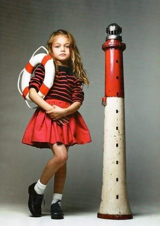 Как и с чем носить: красный свитер в горизонтальную полоску, красная юбка, черные кожаные оксфорды, белые носки