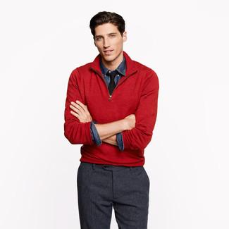 Как и с чем носить: красный свитер с воротником на молнии, темно-синяя джинсовая рубашка, темно-серые шерстяные классические брюки, черный галстук