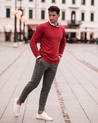 Как и с чем носить: красный свитер с круглым вырезом, белая рубашка с длинным рукавом, серые брюки чинос, белые кожаные низкие кеды