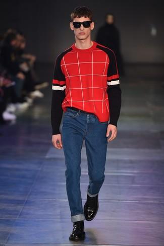 Модный лук: красный свитер с круглым вырезом в клетку, синие джинсы, черные кожаные повседневные ботинки