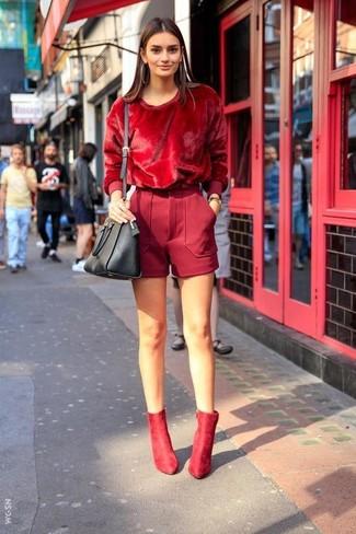 С чем носить темно-красные шерстяные шорты женщине: Красный свитер с круглым вырезом выглядит прекрасно в сочетании с темно-красными шерстяными шортами. Пара красных замшевых ботильонов прекрасно гармонирует с остальными элементами ансамбля.