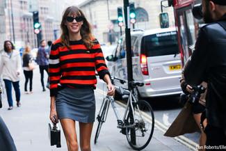 Как и с чем носить: красный свитер с круглым вырезом в горизонтальную полоску, серая мини-юбка, черная кожаная сумочка, черные солнцезащитные очки