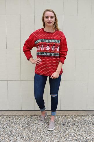 Как и с чем носить: красный свитер с круглым вырезом с жаккардовым узором, темно-синие рваные джинсы скинни, серые кожаные слипоны