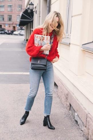 Как и с чем носить: красный вязаный свободный свитер, голубые джинсы скинни, черные кожаные ботильоны, черная кожаная сумка через плечо