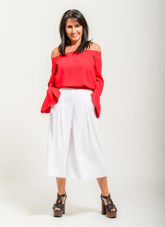 Как и с чем носить: красный топ с открытыми плечами, белые брюки-кюлоты, черные кожаные массивные босоножки на каблуке
