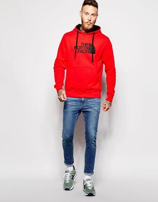 Красный худи с принтом: с чем носить и как сочетать мужчине: Красный худи с принтом и синие зауженные джинсы — беспроигрышный ансамбль для веселого выходного дня. Не прочь добавить сюда нотку классики? Тогда в качестве обуви к этому образу, выбери зеленые замшевые низкие кеды.