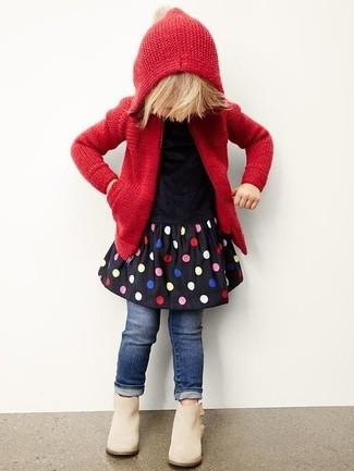 Как и с чем носить: красный вязаный худи, черное платье в горошек, темно-синие джинсы, бежевые ботинки