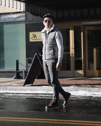 С чем носить темно-серые солнцезащитные очки мужчине: Такое простое и практичное сочетание базовых вещей, как серая куртка без рукавов в клетку и темно-серые солнцезащитные очки, нравится парням, которые любят проводить дни активно. Весьма недурно здесь смотрятся темно-коричневые кожаные повседневные ботинки.