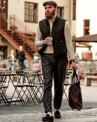 Как и с чем носить: черная шерстяная куртка без рукавов, бежевая вязаная водолазка, темно-серые шерстяные классические брюки, темно-коричневые замшевые лоферы