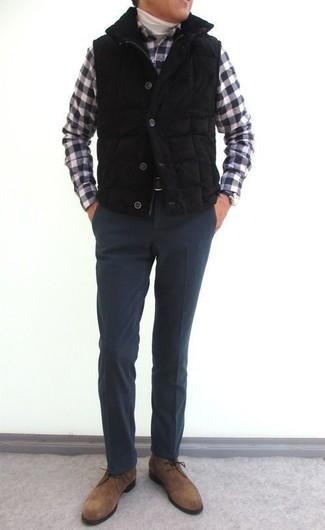 Как и с чем носить: черная стеганая куртка без рукавов, белая водолазка, черно-белая рубашка с длинным рукавом в мелкую клетку, темно-серые шерстяные классические брюки