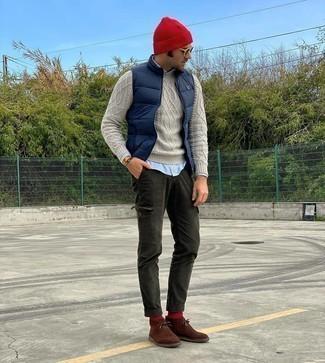 С чем носить темно-синюю стеганую куртку без рукавов мужчине: Темно-синяя стеганая куртка без рукавов и темно-зеленые брюки карго — неотъемлемые предметы в гардеробе мужчин с хорошим вкусом в одежде. Любители экспериментировать могут завершить образ коричневыми замшевыми ботинками дезертами, тем самым добавив в него толику строгости.
