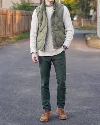 С чем носить оливковую стеганую куртку без рукавов мужчине: Оливковая стеганая куртка без рукавов и темно-зеленые брюки чинос — неотъемлемые вещи в гардеробе парней с великолепным чувством стиля. Думаешь сделать ансамбль немного элегантнее? Тогда в качестве дополнения к этому ансамблю, стоит обратить внимание на коричневые замшевые повседневные ботинки.