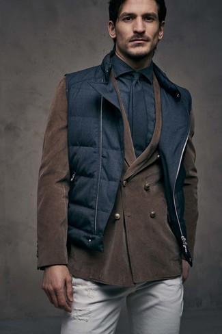 Как и с чем носить: черная стеганая куртка без рукавов, темно-коричневый вельветовый двубортный пиджак, черная классическая рубашка, белые рваные зауженные джинсы