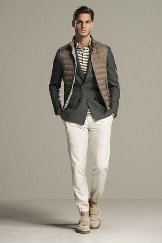 Как и с чем носить: коричневая стеганая куртка без рукавов, темно-серый двубортный пиджак, серая футболка-поло в горизонтальную полоску, белые брюки чинос