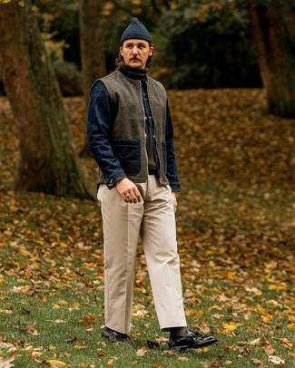 Как и с чем носить: темно-серая шерстяная куртка без рукавов, темно-синяя джинсовая куртка, оливковая водолазка, бежевые брюки чинос