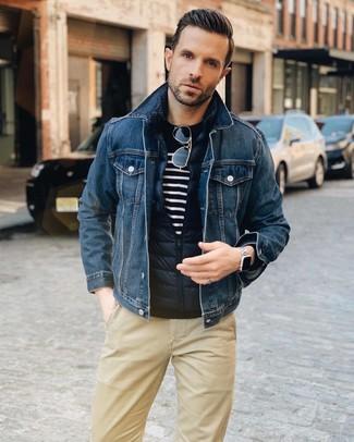 Как и с чем носить: темно-синяя стеганая куртка без рукавов, темно-синяя джинсовая куртка, темно-сине-белый свитер с круглым вырезом в горизонтальную полоску, светло-коричневые брюки чинос
