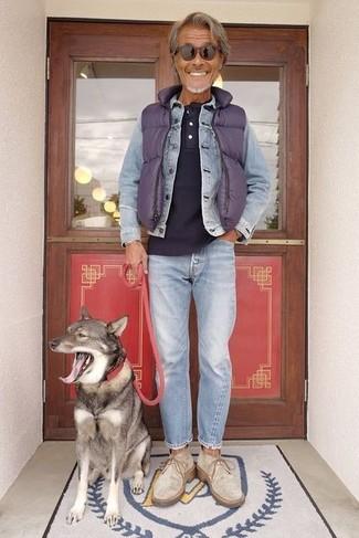 Как и с чем носить: фиолетовая стеганая куртка без рукавов, голубая джинсовая куртка, темно-синяя футболка на пуговицах, голубые джинсы
