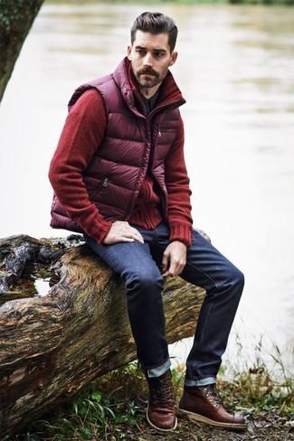 Как и с чем носить: пурпурная стеганая куртка без рукавов, красный кардиган, черная рубашка с длинным рукавом, темно-синие джинсы