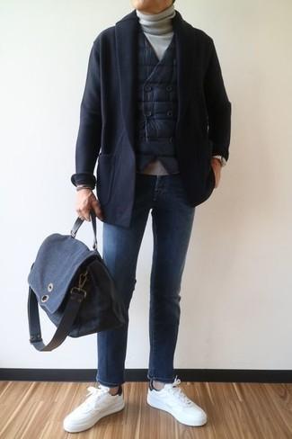 Как и с чем носить: черная стеганая куртка без рукавов, черный кардиган с отложным воротником, серая водолазка, синие джинсы