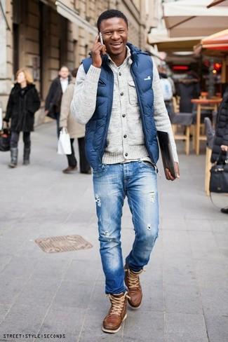 Как и с чем носить: синяя куртка без рукавов, бежевый кардиган, голубая футболка с круглым вырезом, синие рваные джинсы