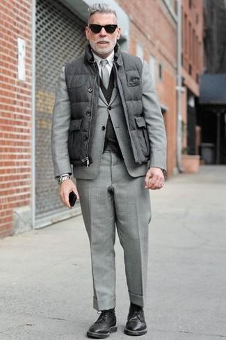 Как Nick Wooster носит Серая стеганая куртка без рукавов, Серый костюм, Темно-серый жилет, Белая классическая рубашка