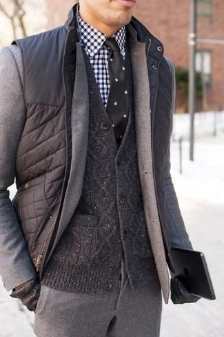 Темно-серая стеганая куртка без рукавов: с чем носить и как сочетать мужчине: Несмотря на то, что этот образ весьма классический, тандем темно-серой стеганой куртки без рукавов и серого шерстяного костюма всегда будет нравиться стильным молодым людям, неминуемо пленяя при этом дамские сердца.