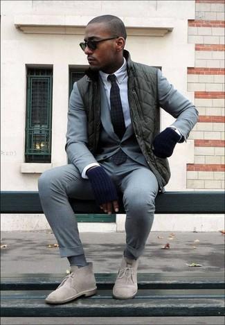 Как и с чем носить: темно-зеленая куртка без рукавов, серый костюм, белая классическая рубашка, бежевые замшевые ботинки дезерты