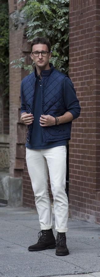 Как и с чем носить: темно-синяя стеганая куртка без рукавов, темно-синяя лонгслив с горловиной на пуговицах, белые брюки чинос, темно-коричневые замшевые повседневные ботинки