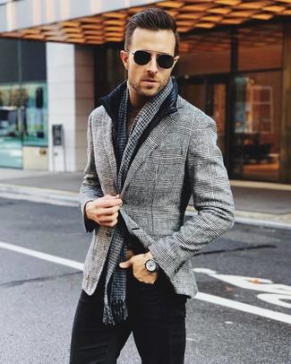 Модный лук: черная куртка без рукавов, серый шерстяной пиджак в шотландскую клетку, коричневая водолазка, черные джинсы