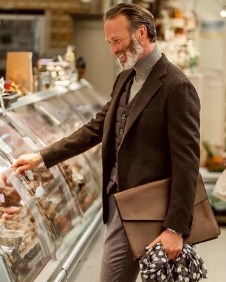 Темно-коричневый шерстяной пиджак: с чем носить и как сочетать мужчине: Несмотря на то, что это довольно-таки выдержанный лук, сочетание темно-коричневого шерстяного пиджака и серых классических брюк является неизменным выбором современных джентльменов, непременно покоряя при этом дамские сердца.
