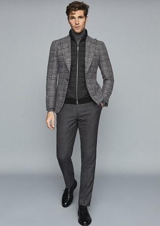 Серый шерстяной пиджак в шотландскую клетку: с чем носить и как сочетать мужчине: Несмотря на то, что этот лук довольно-таки классический, сочетание серого шерстяного пиджака в шотландскую клетку и темно-серых классических брюк неизменно нравится стильным мужчинам, а также покоряет сердца женщин. Отлично сюда подходят черные кожаные туфли дерби.