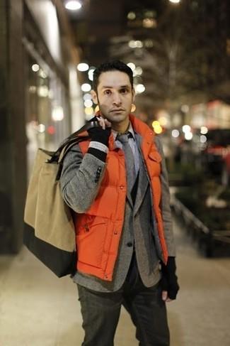 """Как и с чем носить: оранжевая стеганая куртка без рукавов, серый шерстяной пиджак с узором """"в ёлочку"""", черный кардиган, белая классическая рубашка в клетку"""