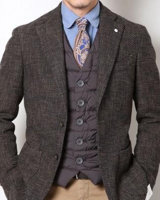 Как и с чем носить: темно-коричневая стеганая куртка без рукавов, темно-коричневый пиджак, синяя классическая рубашка, светло-коричневые брюки чинос