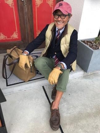 Как и с чем носить: зелено-желтая куртка без рукавов, темно-синий пиджак, голубая классическая рубашка, оливковые брюки чинос