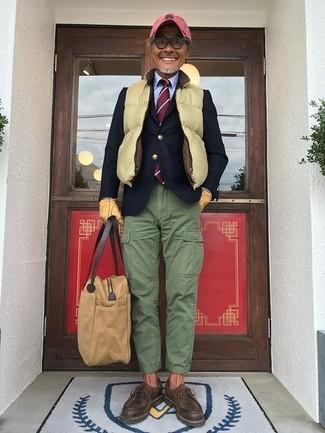 Как и с чем носить: желтая стеганая куртка без рукавов, темно-синий шерстяной пиджак, голубая классическая рубашка, зеленые брюки карго