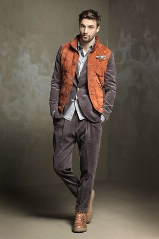 Как и с чем носить: табачная замшевая куртка без рукавов, коричневый вельветовый пиджак, серая рубашка с длинным рукавом из шамбре, белая футболка с круглым вырезом